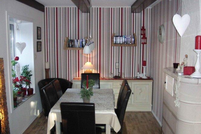 Hier das aktuelle Esszimmer mit den dunklen Möbeln, passend zu den alten Deckenbalken !!