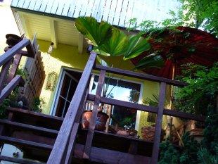 Holzbalkon mit Treppe