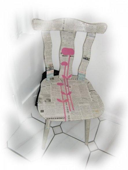 alter Stuhl den ich mit einer asiatischen Zeitung beklebt habe