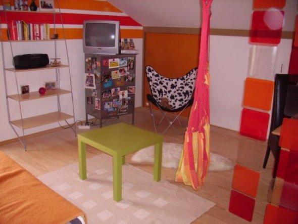 Mein Zimmer mit dem großen Schrank ( das weiß-orange)und den anderen Möbeln, wie Fernsehschrank,etc.