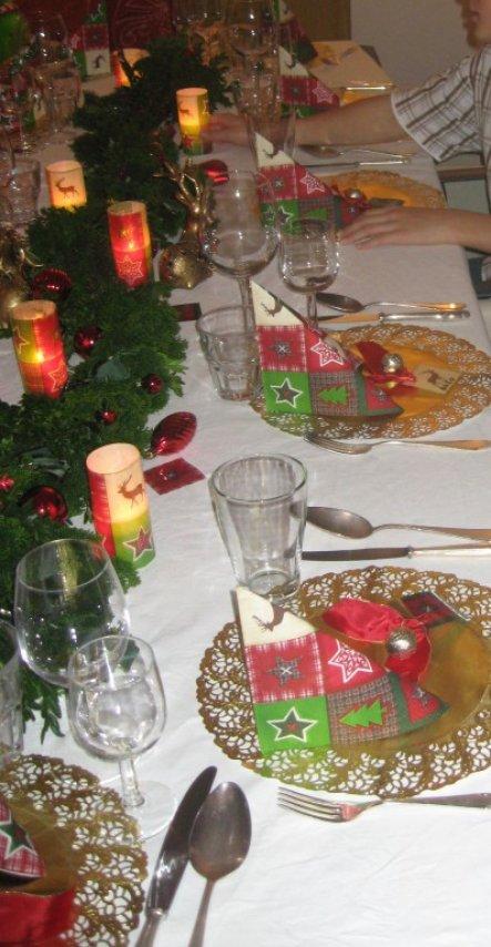 Der neue Tisch (für 12 Personen!) Die Teller sind in der Wärmeschublade und warten auf ihren Einsatz.  Die Windlichter sind selbst gemacht: obe