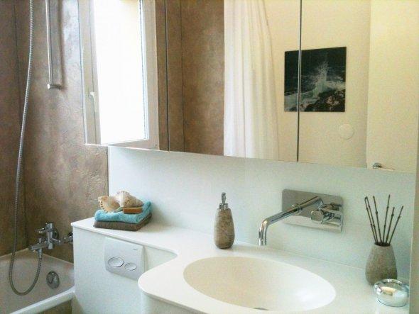Waschbecken aus Corian, Spiegel mit viel Stauraum. Eingebauter Klopapier-Halter!
