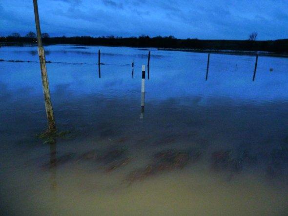 Ich stehe mittem im Hochwasser. Der Leitsposten sollte eigentlich die Straße makieren! Aber wo ist sie???