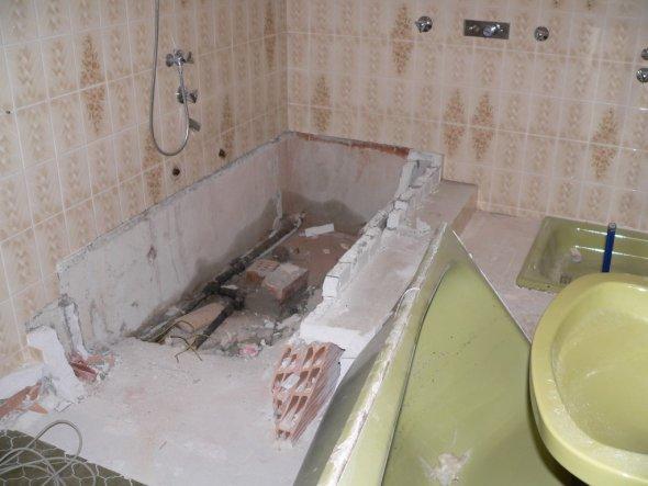 es war schon viel Arbeit beim Alten Bad die ganzen sanitären Gegenstände raus zu reißen, alles super vermauert, mit Stufen und so....!