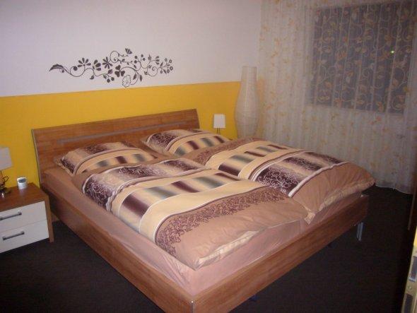 Das alte Schlafzimmer in grellem Gelb
