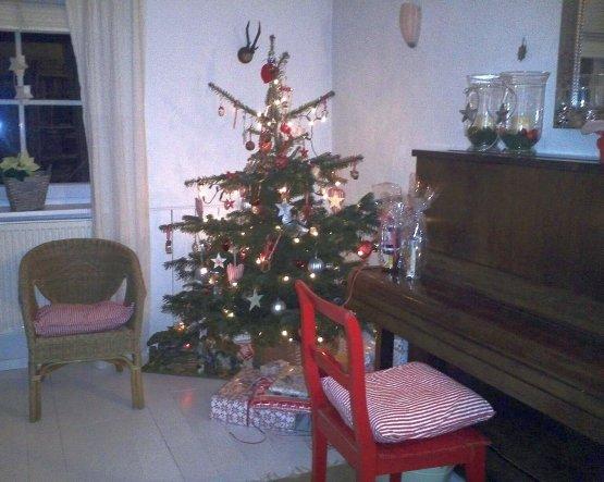 Unser süßer kleiner x-mas-tree. Zum weiß gesellt sich etwas traditionelles Weihnachtsrot ...