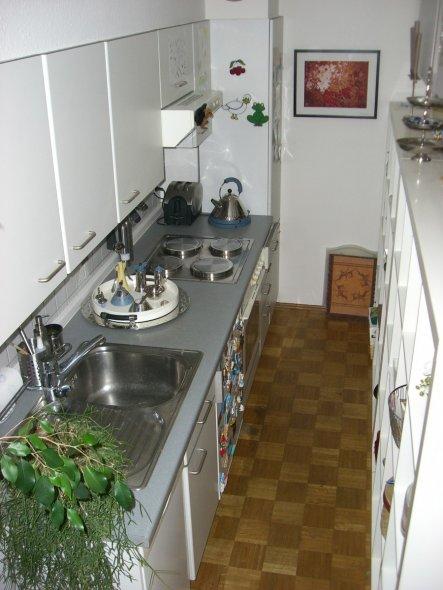 Eigentlich steht die Küchenzeile an einer Wohnzimmerwand - zwei große Regale hintereinander bilden die Trennwand zum Wohnzimmer. Die Wohnzi. regalseit