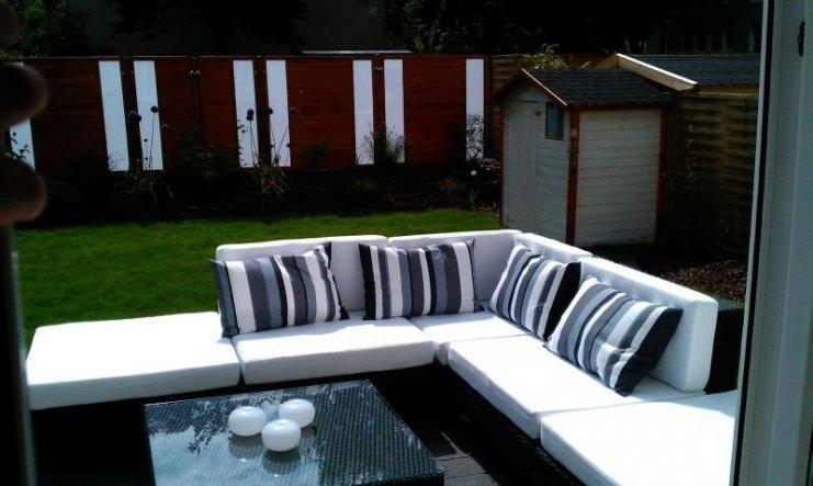 Auch das Gartenhaus ist neu Gestrichen und die Lounge Garnitur steht