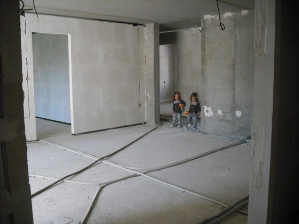 ...blick küche wohnzimmer die damen im hintergrund stehen am flur-wohnzimmer eingang