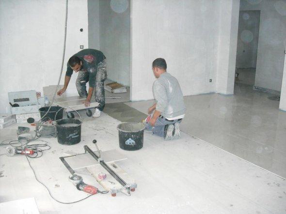 unsere fliesenleger bei der arbeit