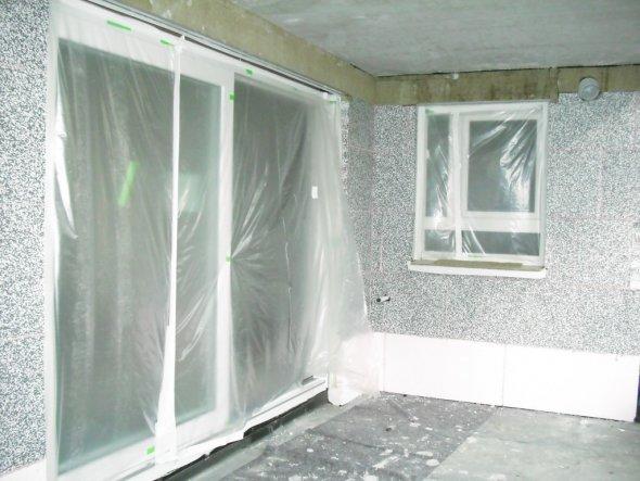 Wohnzimmertür und küchenfenster