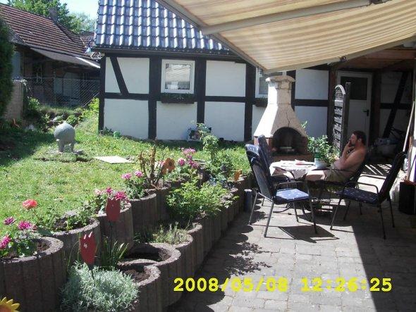 Die Terasse im Sommer, mit schon ein paar bepflanzten Steinen.