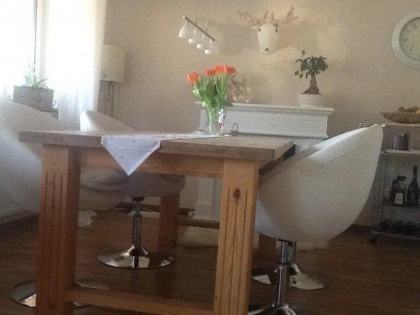 Esszimmer mit altem Tisch