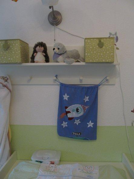 Über dem Wickeltisch hängt der Schlafanzug-Beutel. Selbstbemalt ...ein schönes , einzigartiges Geschenk.Nur so als Tipp.