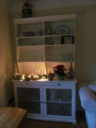 in jeder Ecke sind Kerzen oder Lichterketten.