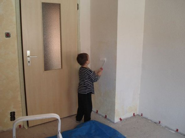 Unser Schelm Philipp hat beim malern geholfen und fand das echt toll.