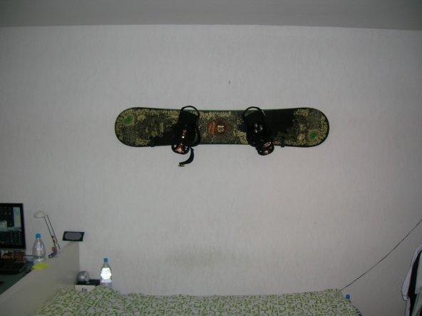 Ich liebe mein Board und deshalb hängts auch überm Bett ;) (ein wenig Farbe auf die doch so leere Wand)