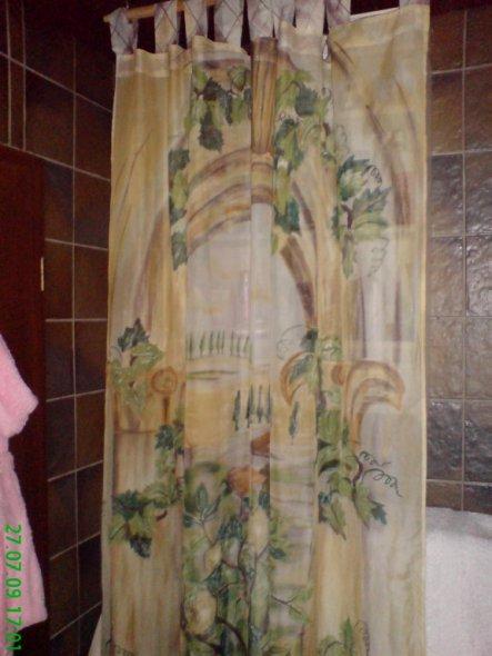 dieser Vorhang hängt jetzt hinter der Tür vor meinem Regal jetzt sieht man unseren kram nicht immer im Spiegel