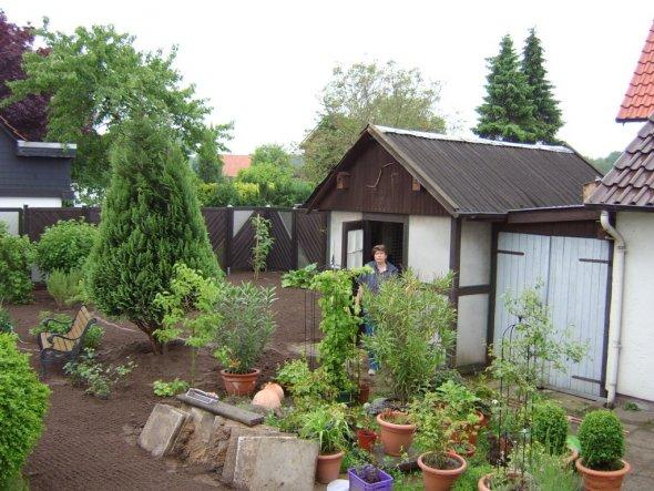 Der Anfang der Umgestaltung. Das alte Häuschen beherbergte in den 60ern ein Pony, danach war es Gartenlaube zum Feiern, aber die besten Zeiten