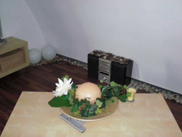 Der Tisch und die Anlage, für die wir keinen besseren Platz gefunden haben, die Steine verdecken die Kabel...