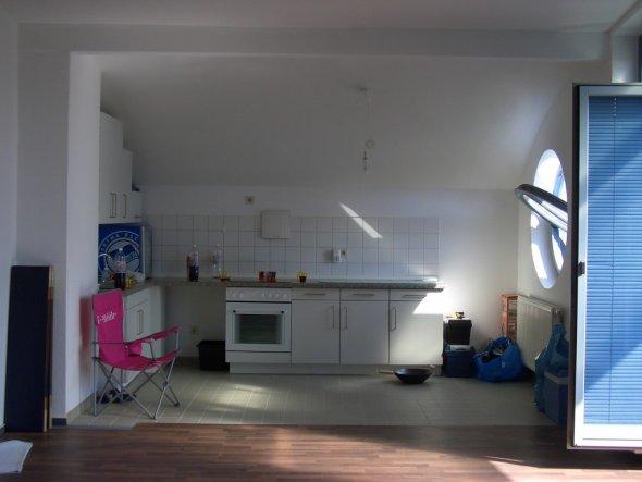 das war die Küche vorher, Laminat wird grad schon verlegt...