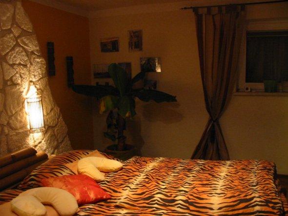 ...Schlafzimmer, neuerdings mit Vorhängen (endlich)