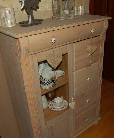 Weiß lasiertes Weichholzschränkchen mit kleiner Vitrine und tollen großen Schubladen. Ideal für Sammlerinnnen jeglichen Krimskrams ;o)