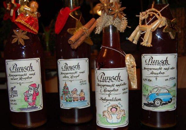 Wir kochen jedes Jahr selber Punsch, füllen diesen in Flaschen ab und gestalten die Etiketten selbst je nach Anlass.