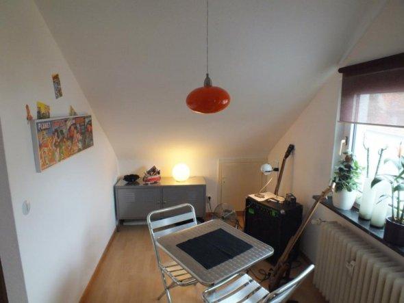 Tisch / Stühle sowie das Bild: Yellow Möbel, Schrank (PS: IKEA) Lampe: Hornbach