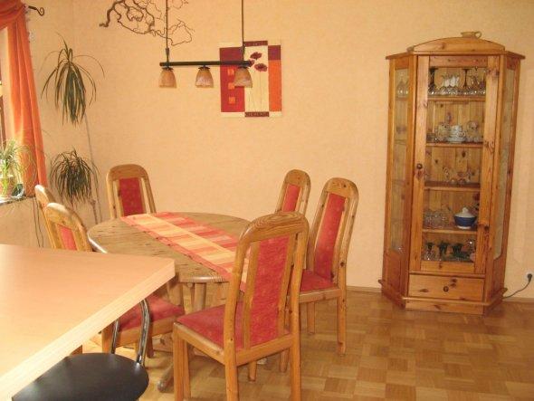 Das Esszimmer grenzt an die offene Küche. Die Möbel sind Kiefer gelaugt/geölt.