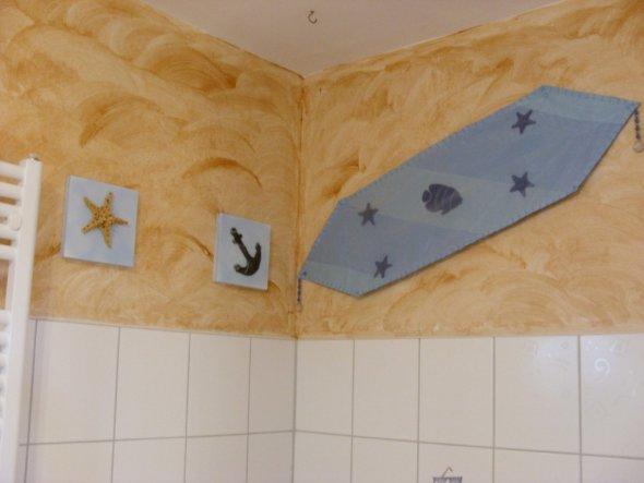Bad-Ausschnitt Wand oberhalb der Badewanne, gestrichen mit Wischtechnik, mit Sommer-Deko dekoriert