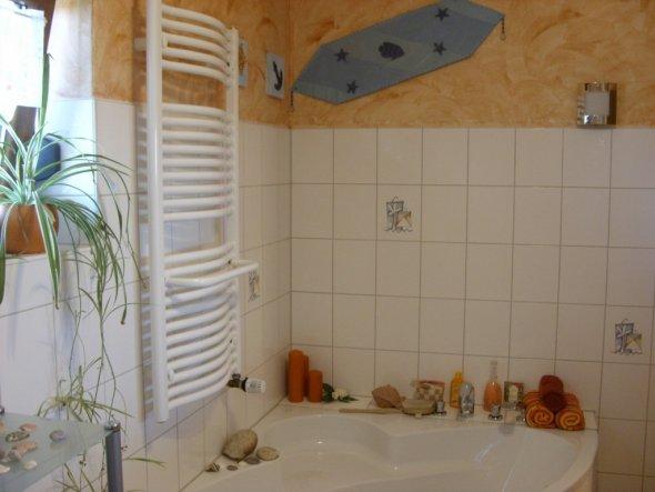 Bad-Ausschnitt mit Badewanne und Handtuchwärmer bzw. der Wärmer ist gleichzeitig der Wärmespender des Raumes !
