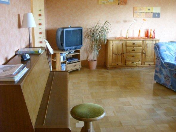 Wohnzimmer-Ausschnitt Klavier, TV, Sideboard (vorne links geht's ins Esszimmer)