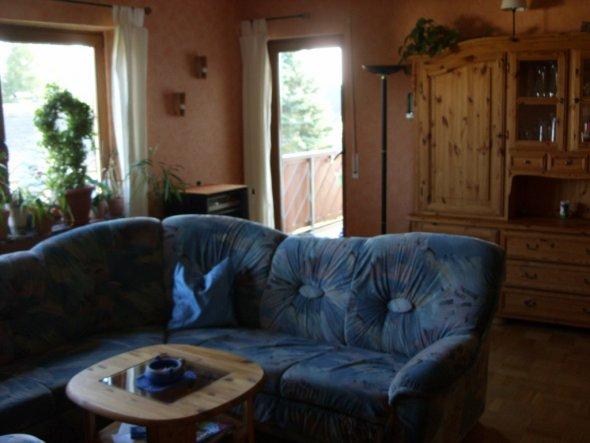 Wohnzimmer-Ausschnitt Couch/Fenster/Balkontür/Schrank