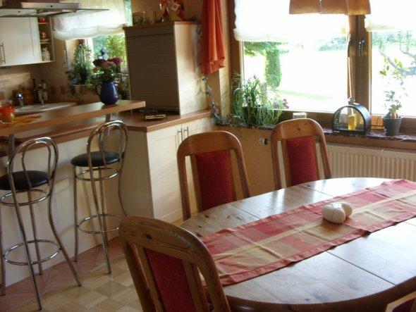 Esszimmer mit Blick auf die offene Küche