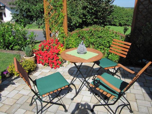 Die Terrasse macht einen Winkel, sodass wir -je nach Sonne und Tageszeit - mit der Sonne wandern können.