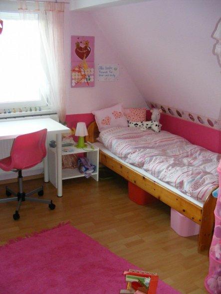 Das Bett bekommt bei Gelegenheit noch einen weißen Anstrich. Bei 4 Kids einfach eine Frage der Zeit...!!