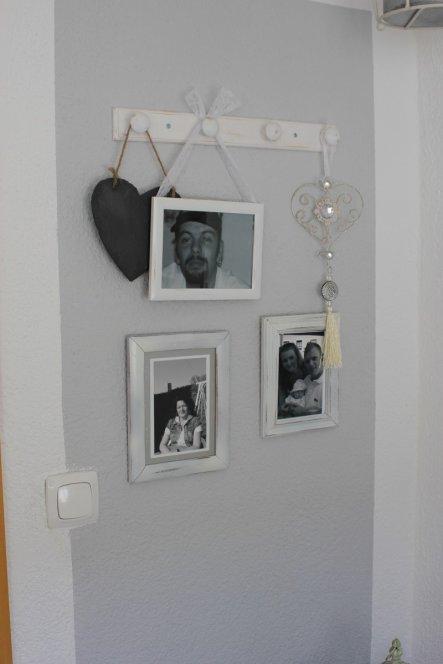 Zwischen den beiden kleinen Wänden (siehe anderes Foto) ist die Tür zum Bad.