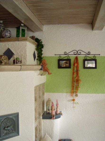 Kachelofen steht im Eck im Wohnzimmer.