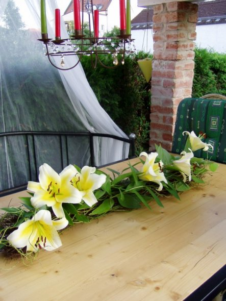 Terrasse mit frischen Blumenschmuck. Die Bank und den Tisch wurde von meinen Mann gemacht. der Tisch hat jetzt eine Größe von 280/120cm und somit habe