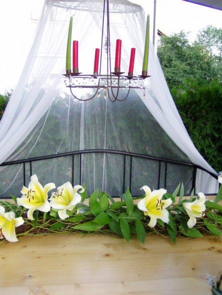 Tisch mit Blumen aus dem Garten.