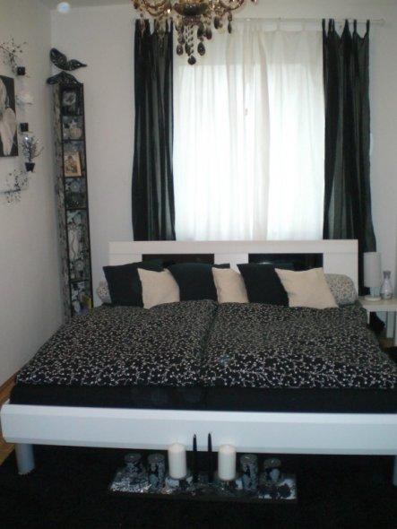 schlafzimmer 39 schwarz wei 39 mein domizil zimmerschau. Black Bedroom Furniture Sets. Home Design Ideas