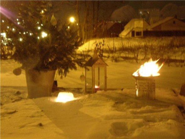"""Weihnachtsbaum, """"Eiskuchen"""" mit Teelicht und Wintersonnenwend-Feuer in einer kleinen Feuerschale am 21. Dezember auf unserer Terrasse."""