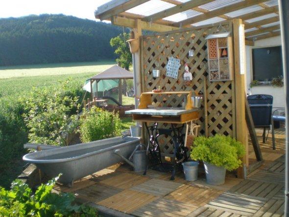 Mein selbstgebauter Pflanztisch und Zinkwanne für Regenwasser zum Gießen.