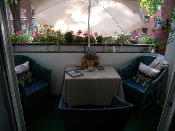terrasse balkon 39 mein kleiner balkon 39 meine neue wohnung zimmerschau. Black Bedroom Furniture Sets. Home Design Ideas
