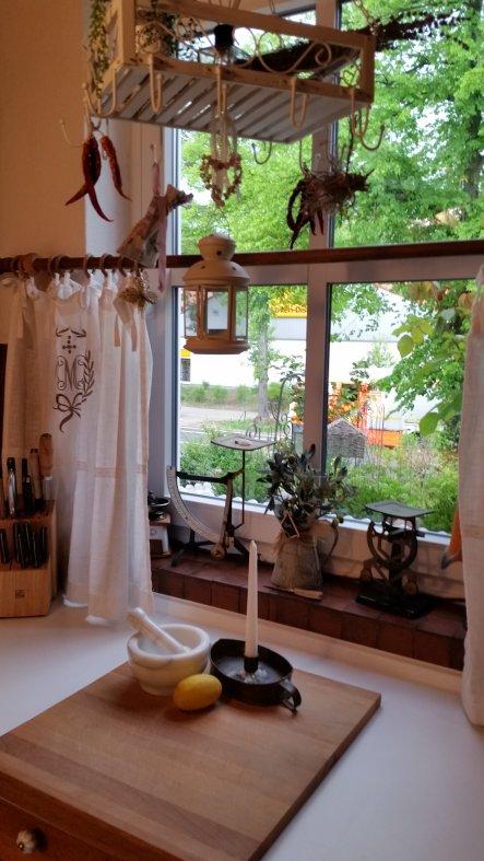Die Gardinen wiederholen sich in den Polstern der Stühle im essbereich und passen zu den gardinen im Wohnraum so das ein zusammenhängendes Bild entste