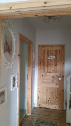 Flur mit Tür zur Pipi Lounge und Gastezimmer