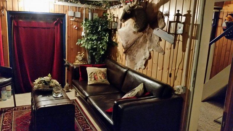 Hinter dem Vorhang verbirgt sich die Tür zur Garage