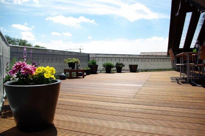 terrasse balkon 39 dachterrasse 39 wohnen unter 39 m dach zimmerschau. Black Bedroom Furniture Sets. Home Design Ideas