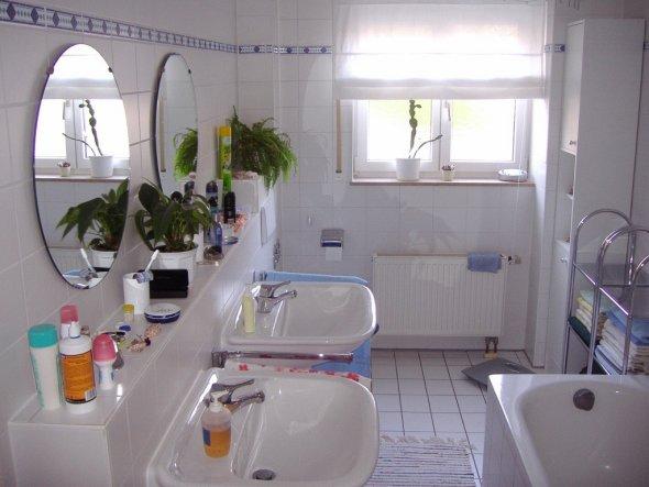 Bad mit 2 Waschbecken, Badewanne und Dusche